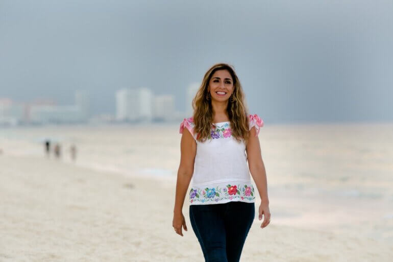Senadora Marybel en playa del Cancún