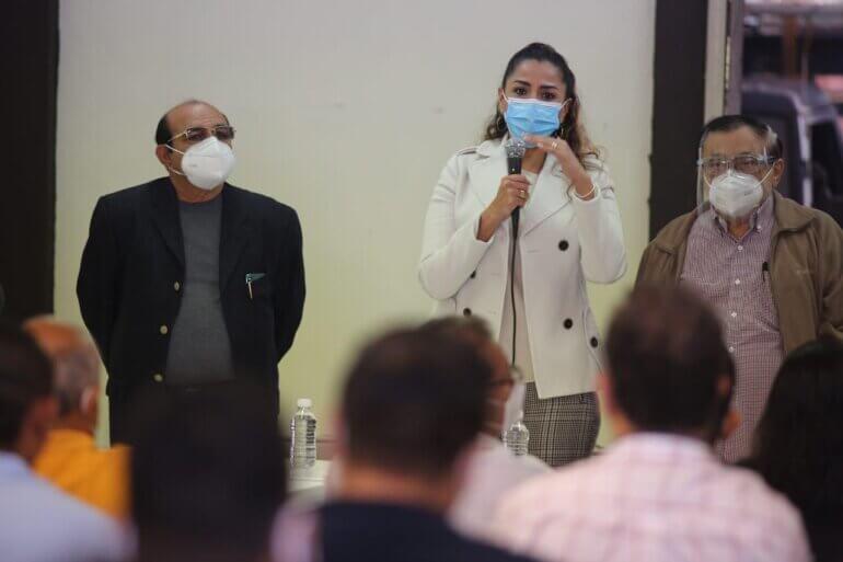 Senadora MV con personal médico